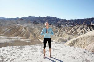 Young woman doing yoga in desertの写真素材 [FYI02941454]