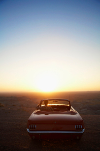 Man looking at sunset in convertibleの写真素材 [FYI02941457]
