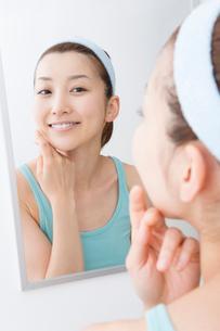 お肌のチェックをする女性の写真素材 [FYI02941502]