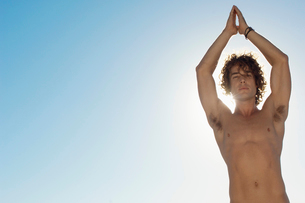 Young man doing yogaの写真素材 [FYI02941507]