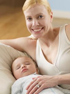 Mother with Sleeping Baby Boyの写真素材 [FYI02941531]