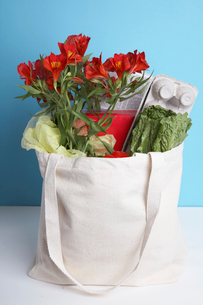 Cut flowers and vegetables in paper bagの写真素材 [FYI02941594]