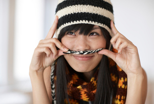 Playful Mid-Adult Woman Wearing Knithatの写真素材 [FYI02941612]