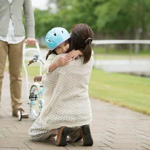 母親に抱きつく女の子の写真素材 [FYI02941613]