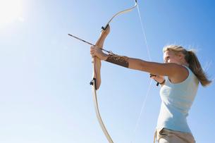 Young woman arrow shootingの写真素材 [FYI02941615]