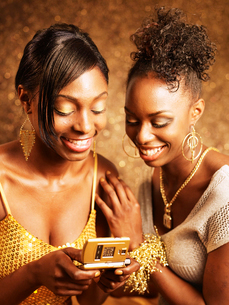Two Young Women Text Messagingの写真素材 [FYI02941656]