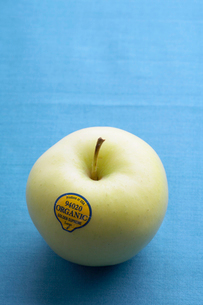 Single organic green appleの写真素材 [FYI02941670]
