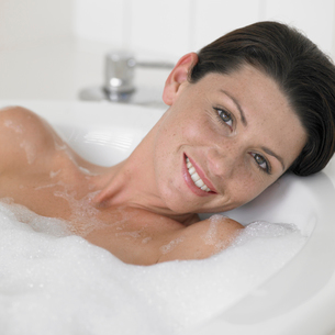 Young woman taking bathの写真素材 [FYI02941675]