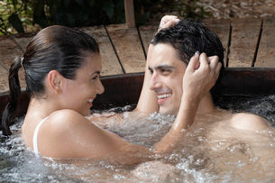 Young couple embracing in hot tubの写真素材 [FYI02941679]