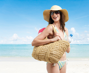 Young Woman Laughing on Beachの写真素材 [FYI02941681]