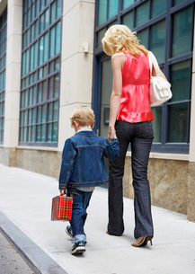 Mother taking son to schoolの写真素材 [FYI02941682]