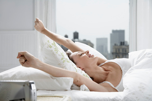 Mid adult woman waking upの写真素材 [FYI02941684]