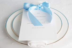 Place setting with menuの写真素材 [FYI02941686]
