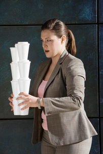 Businesswoman carrying takeout coffeesの写真素材 [FYI02941688]