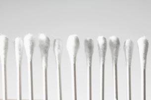 Cotton swabs in rowの写真素材 [FYI02941690]