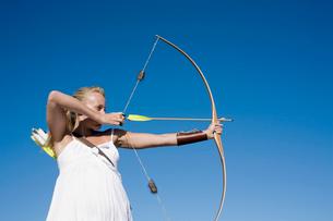 Young woman arrow shootingの写真素材 [FYI02941697]