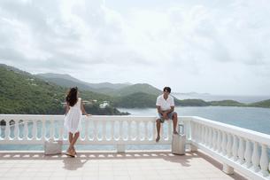 Young couple on balcony at resortの写真素材 [FYI02941717]