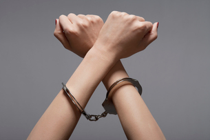 Close-up of womans hands in handcuffsの写真素材 [FYI02941746]
