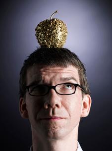 Decorative Apple on Man's Headの写真素材 [FYI02941753]