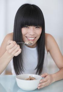 Mid-Adult Woman Eating Breakfast Cerealsの写真素材 [FYI02941801]