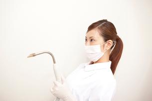 バキュームを持つ歯科衛生士の写真素材 [FYI02941826]