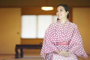浴衣姿で正座をする外国人女性の写真素材 [FYI02941827]