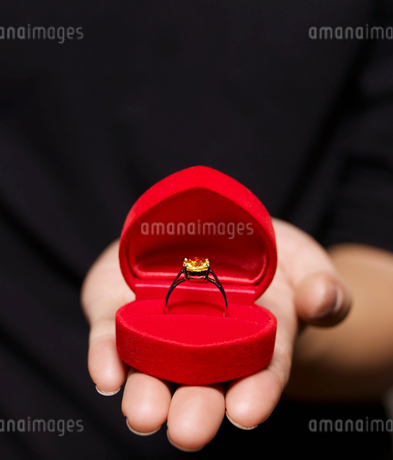 Engagement Ring on Mans Handの写真素材 [FYI02941858]