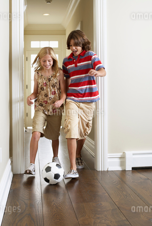Two children playing soccer indoorsの写真素材 [FYI02941862]