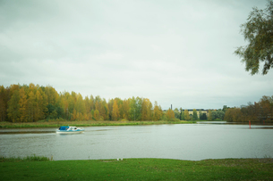 秋の水辺と1艇の船の写真素材 [FYI02941867]