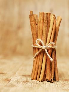 Bundle of Cinnamon Sticksの写真素材 [FYI02941908]