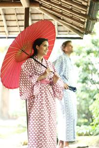 和傘をさす外国人女性と外国人男性の写真素材 [FYI02941943]