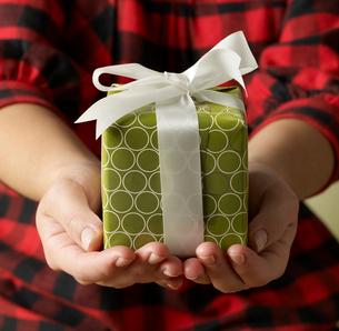 Gift in Woman's Handsの写真素材 [FYI02941949]