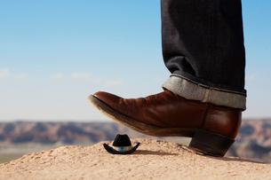 Cowboy boot treading miniature Stetsonの写真素材 [FYI02941951]