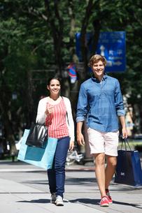 ショッピングを楽しむ外国人カップルの写真素材 [FYI02941953]