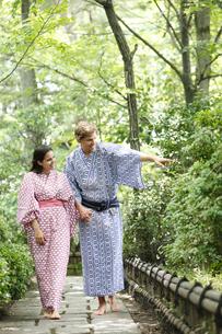 庭園を散策する浴衣姿の外国人カップルの写真素材 [FYI02941975]