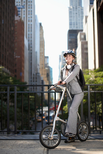 Mid-Adult Businesswoman with Bicycleの写真素材 [FYI02942005]