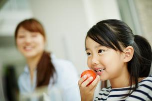 トマトを持つ女の子と母親の写真素材 [FYI02942018]