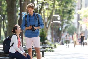 旅行中の外国人カップルの写真素材 [FYI02942019]
