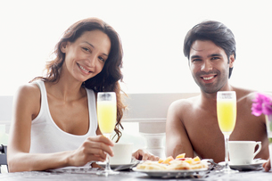 Young couple having breakfastの写真素材 [FYI02942024]