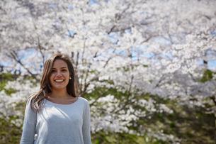 笑顔の外国人女性と桜の写真素材 [FYI02942032]