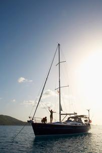 Mid adult couple on sailboatの写真素材 [FYI02942034]