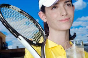 Female tennis player with glass of waterの写真素材 [FYI02942035]