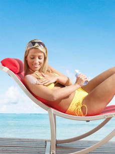 Woman Applying Sun Screenの写真素材 [FYI02942113]