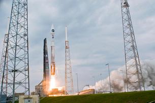Fire and smoke signal the liftoff of the Atlas V/Centaur lauの写真素材 [FYI02942267]