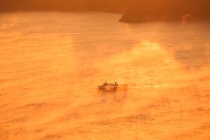 海霧湧く三原瀬戸を行くフェリーの写真素材 [FYI02942301]