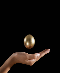 Golden Egg Above Woman's Handの写真素材 [FYI02942312]