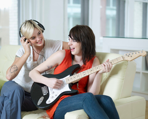 Young Women Playing Electric Guitarの写真素材 [FYI02942335]
