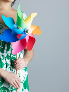 Mid-Adult Woman Holding Pinwheelの写真素材 [FYI02942362]