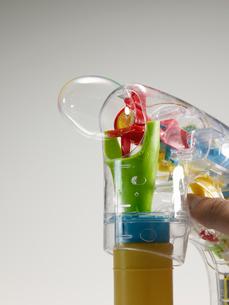 Person Holding Soap Bubble Machineの写真素材 [FYI02942370]