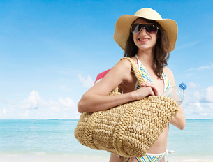 Young Woman in Beach Attireの写真素材 [FYI02942412]